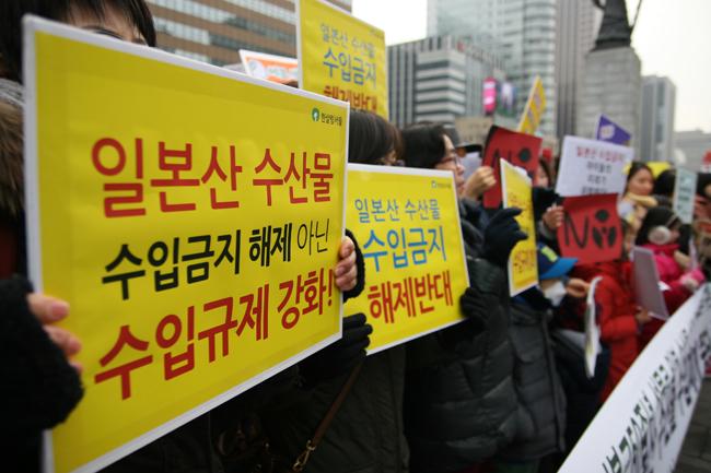 21일 서울 종로구 이순신 동상 앞에서 일본산 수산물수입재개에 반대하는 시민.환경단체들의 기자회견 열렸다. ⓒ 정대희