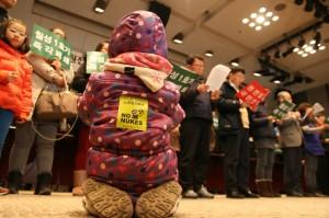 9일 월성1호기의 수명연장을 반대하는 국민선언에서 참가자의 아이가 무릎을 끓고 있는 모습