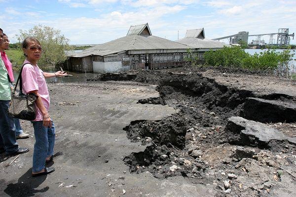 한전이 필리핀 현지 전력회사와 공동으로 설립한 합자회사(KSPC)가 운영하는 세부 석탄화력 인근에서 석탄재가 방치된 채 쌓여있다. 사진=CDN