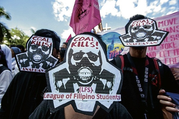 필리핀 학생들이 '석탄은 살인자'라고 적힌 가면을 쓰고 석탄화력발전소 건설 반대 시위를 벌이고 있다.