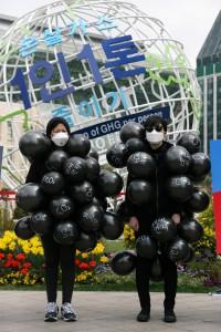 환경운동연합이 9일 서울광장에서 '온실가스 1인 1톤 줄이기'라고 적힌 이클레이 조형물 앞에서 영흥석탄화력 증설을 반대하는 퍼포먼스를 펼쳤다.