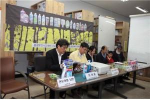 가족모임과 환경보건시민센터와 가습기살균제피해자모임이 국제캠페인 관련 기자회견을 하고 있다.ⓒ 환경보건시민센터