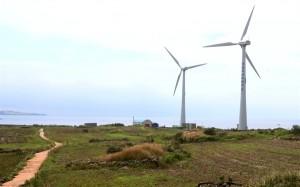 ▲ 제주 서귀포시 가파도의 전력수요가 화력발전에서 신재생에너지로 대체, 가파도가 사실상 세계 최초의 '탄소 없는 섬'으로 재탄생한 가운데 풍력발전기가 돌아가고 있다. 사진은 2012년 9월 10일 모습. ⓒ 연합뉴스