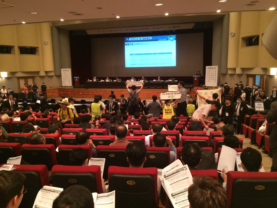 기자회견을 위해 공청회장 앞으로 향하는 시민사회단체 참가자들이 마찰을 빚고 있다       ⓒ양이원영