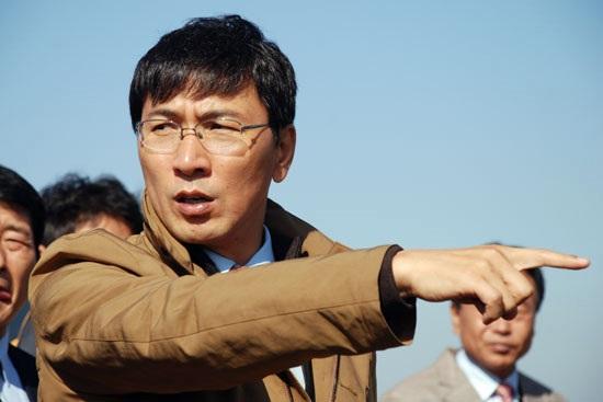 ▲ 지난 2013년 안희정 충남지사가 금강 현장을 둘러보고 있다. ⓒ 김종술