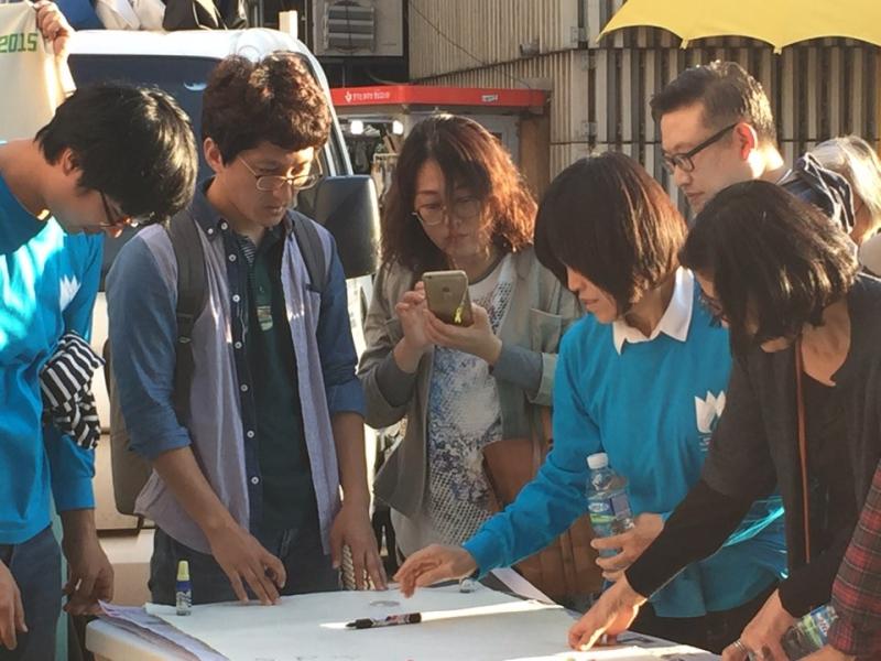 대구동성로 기후변화 천인소 서명을 하려는 시민들