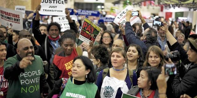 파리 시각으로 12얼 9일 '파리 합의문' 초안이 도출된 이후 600여 명의 시민사회 활동가들이 '기후정의'와 '1.5도 목표 합의'를 요구하며 유엔기후변화협약 당사국 총회장에서 점거와 시위를 진행했다. 사진=지구의 벗