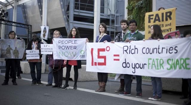 12월 7일 21차 기후변화협약 당사국 총회장 앞에서 국제환경단체 '지구의 벗' 활동가들이 1.5도의 지구 온도상승 억제 목표와 선진국의 기후변화 책임 이행을 요구하는 집회를 벌이고 있다. 사진=환경운동연합