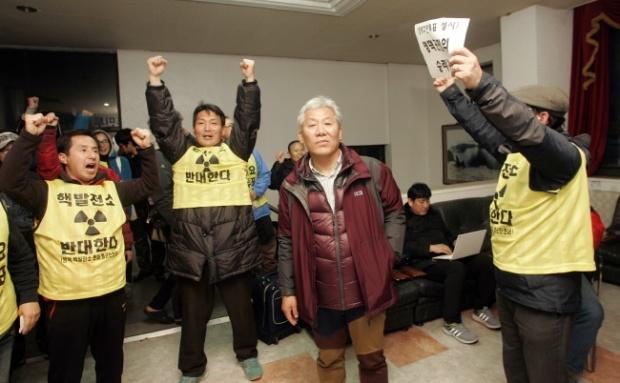 영덕 원전 유치 찬반 주민투표 개표 결과 반대가 압도적으로 높다는 결과를 받아든 주민들이 환호성을 지르고 있다 ⓒ함께사는길 이성수