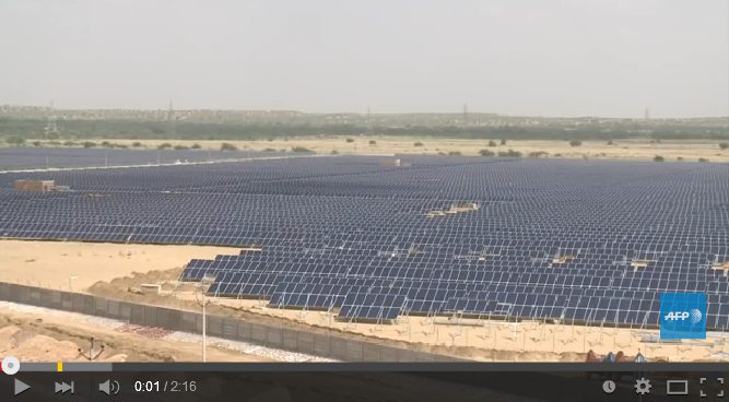 인도에 설치되고 있는 수 천개의 태양광 패널 (출처 유튜브 https://www.youtube.com/watch?v=Etl-LeBeSqQ)