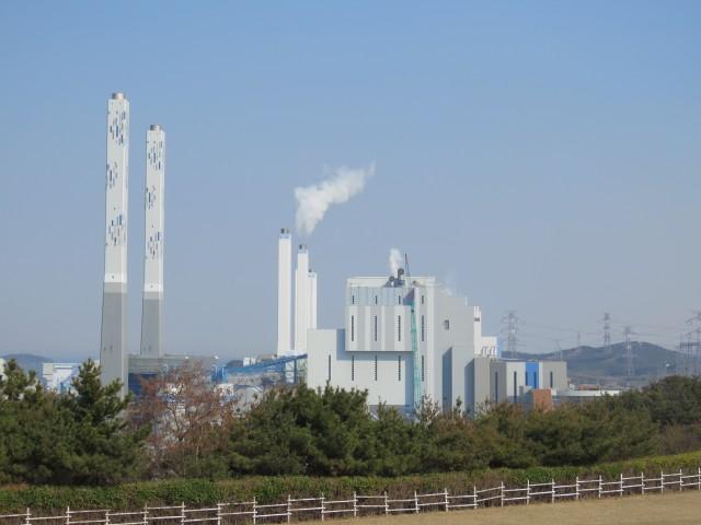 당진화력발전소 멀리부터 1호기. 가까이 있는 것이 아직 가동전인 9,10호기이다. Ⓒ환경운동연합