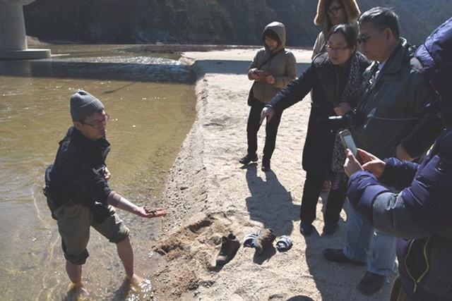 초록사진가 박용훈 씨가 모래의 입자가 얼마나 거칠어졌는지 설명해주고 있다.ⓒ환경운동연합