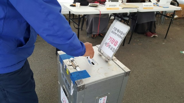 죽성항 쪽 투표장에는 일하다가 급히 나오신 어르신들이 많았다. Ⓒ 환경운동연합