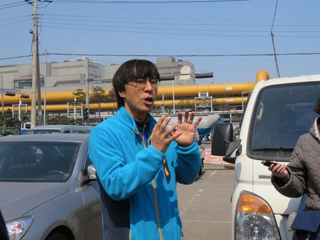 유종준 당진환경운동연합 사무국장이 현대제철소에 대해 설명하고 있다. 뒤로 현대제철소가 보인다. Ⓒ환경운동연합