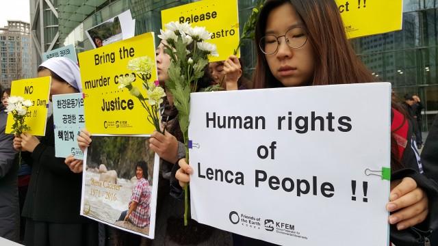 지난 3월 3일 온두라스의 환경운동가 베르타 카세레스(Berta Cáceres)가 자택에 침입한 무장괴한에 의해 살해당하는 일이 발생했다. 기자회견 참가자들은 온두라스 원주민위원회(COPINH)와 렌카 원주민들의 생존과 권리를 보장하고 인권과 자연을 지키는 이들에 대한 박해와 범죄를 즉각 중단하라고 외쳤다.ⓒ은숙
