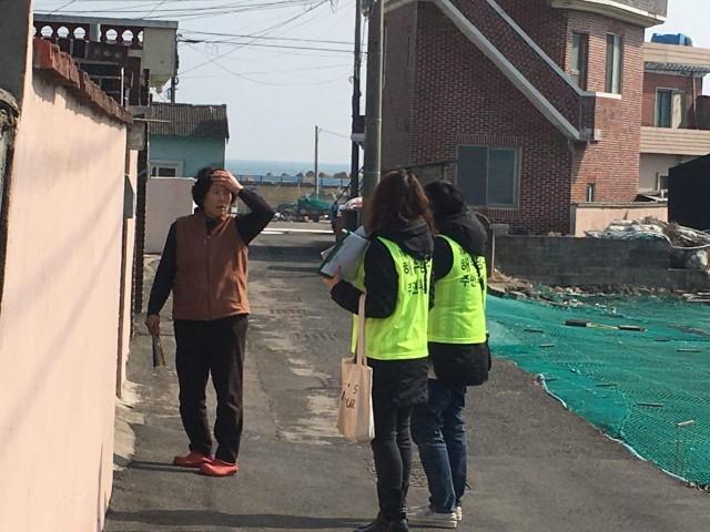 기장 주민투표가 시작된 가운데 주민투표관리위원들이 선거인명부 동의 서명을 받기 위해 주민들을 만나고 있다.ⓒ 부산환경연합