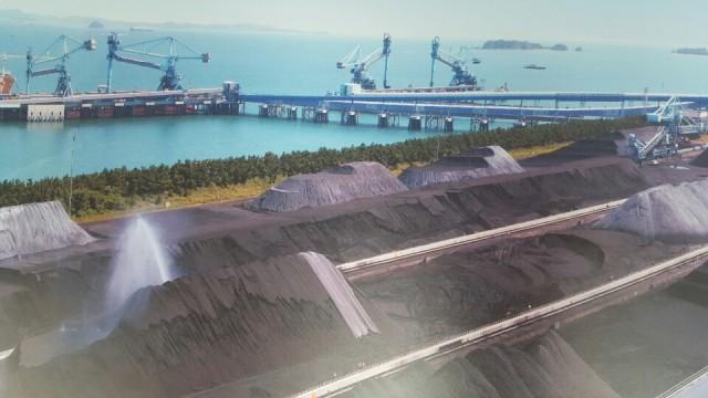 밀폐형 석탄창고 너머로 야적장이 있다. 석탄가루가 바람에 날려서 피해를 준다고 한다. Ⓒ환경운동연합