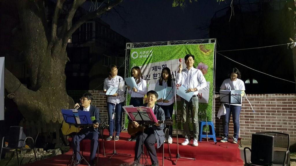안준관 전활동가와 여영학 변호사 그리고 중앙사무처 젊은 활동가들로 급하게 구성된 일명 '회화나무 밴드'의 공연. 연습시간이 없었음에도 그럴듯한 화음을 만들어냈다.ⓒ환경운동연합