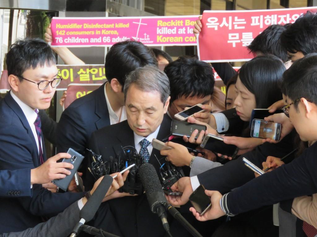 검찰에 출두하고 있는 신현우 옥시 전대표 ⓒ환경운동연합