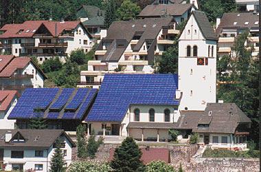 독일 쇠나우 교회지붕에 설치된 태양열집열판