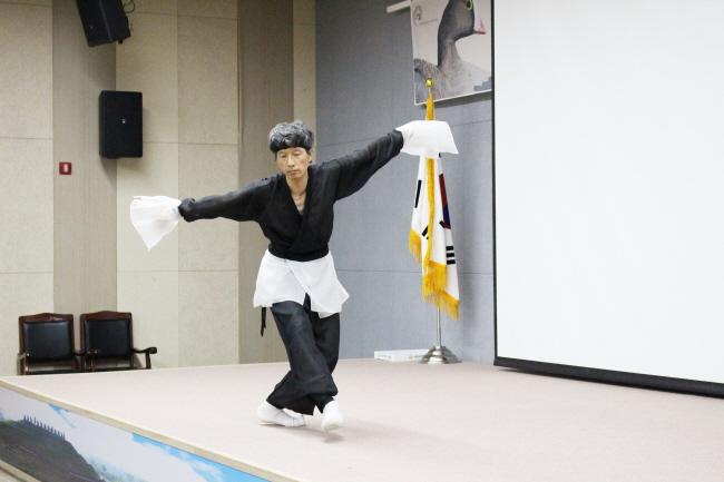두루미 춤을 추고 있는 전영국 교수 ⓒ 환경운동연합 김현경