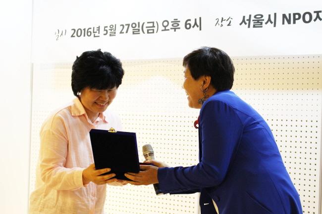 수상 중인 임희자 정책실장 ⓒ 환경운동연합 김현경