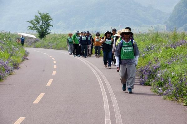 불교환경연대 스님과 수행자들이 50일째 수행길을 걷고 있다. 달성보를 지나 화원유원지로 향해 걸어가고 있다. ⓒ대구환경운동연합