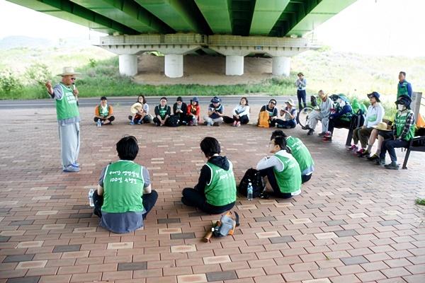 수행길 참가자들이 둘러앉아 낙동강의 현재 상황에서 대한 설명을 듣고 있다.ⓒ대구환경운동연합
