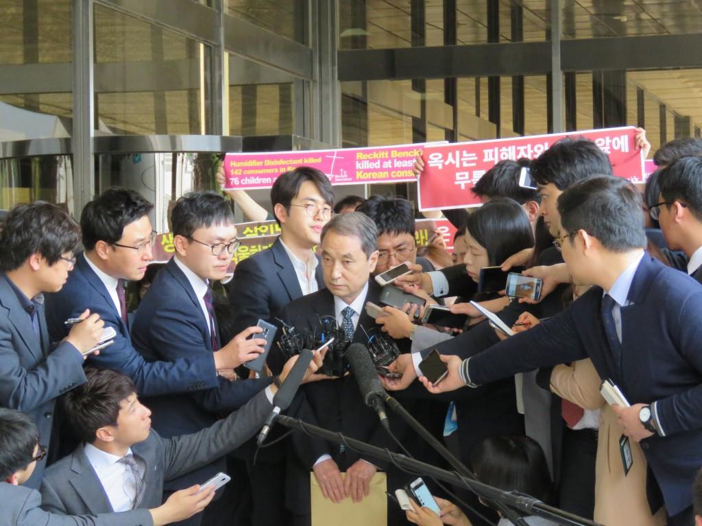 지난 4월 26일 신현우 전 옥시레킷벤키저 대표이사가 피의자 신분으로 서울중앙지검에 출석했다. ⓒ환경운동연합