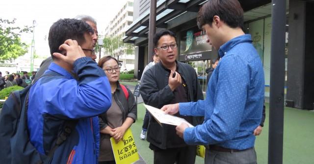 5월12일 신고리 5,6호기 건설중단 촉구 기자회견 후 참가자들이 의견서를 전달하고 있다. ⓒ환경운동연합