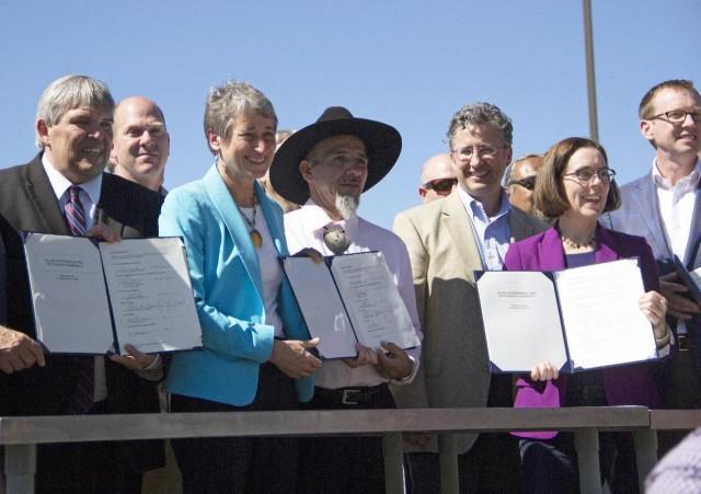 미국 내무부 장관 등이 모여서 클라마스 강 댐 철거에 서명하는 모습ⓒAP통신