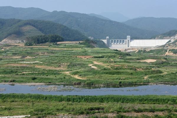 저 멀리 영주댐이 보인다. 앞쪽 물돌이마을인 금강마을은 수몰예정지라 70여 가구 살던 마을이 모두 사라졌다. 금강마을 포함 511세대가 수몰된다.Ⓒ 대구환경운동연합