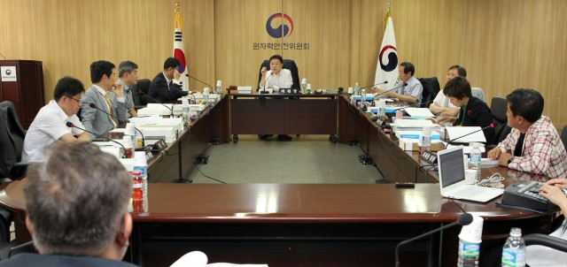 지난 9일 원자력안전위원회 대회의실에서 열린 제56회 원자력안전위원회 회의. 위원들이 안건에 대해 논의 하고 있다.(사진출처:원자력안전위원회 홈페이지)