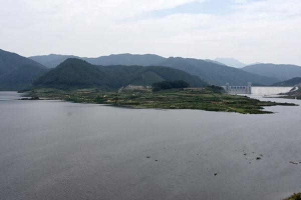 저 멀리 영주댐이 보이고, 금강마을이 거의 잠겨간다. 영주댐은 지금 시험담수 중이라 한다.ⓒ대구환경운동연합
