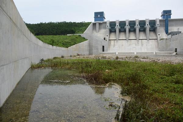 용의 혈자리에 들어선 댐. 그 댐의 왼쪽 옹벽 아래에서 용출수가 솟구치고 있다. 파이핑현상에 의한 누수 현상으로 보고 있다.ⓒ대구환경운동연합