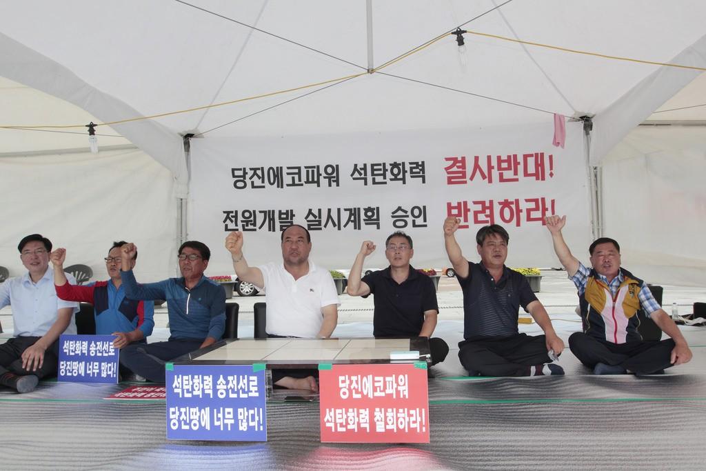 지난 7월 20일 서울 광화문 광장에서 당진시 송전선로 석탄화력 저지 범시민대책위원회가 당진에코파워 석탄화력발전소에 대한 전원개발실시계획 승인 신청 반려를 정부에 촉구하는 무기한 단식농성에 돌입했다.ⓒ환경운동연합