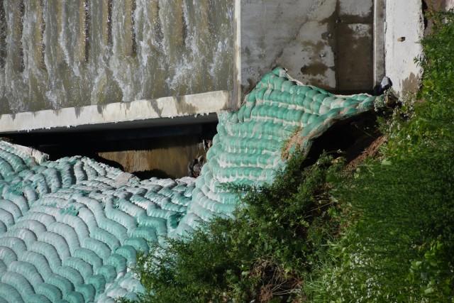 유사조절댐 우안 옹벽 사면이 붕괴되어 너덜너덜해졌다.