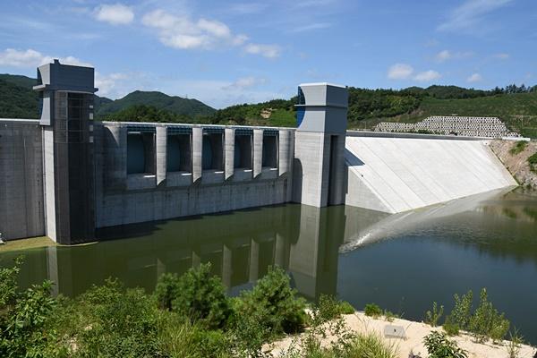 거의 완공된 영주댐. 올해 중으로 준공을 한다. 이 물을 흘려보내 낙동강의 수질을 개선하겠단다. ⓒ 정수근