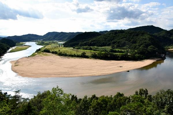 삼강 아래 낙동강. 모래톱이 완벽히 돌아온 모습이다.그러나 딱 이 일대까지만이다. 이후로는 상주보의 영향으로 큰 호수가 된 낙동강의 모습만 보인다. ⓒ 정수근