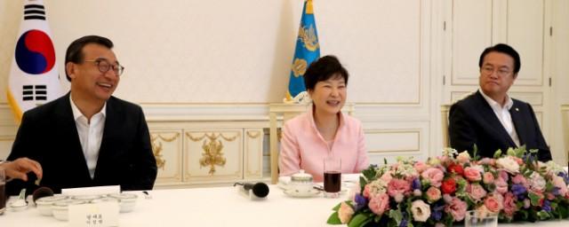 송로버섯을 먹으며 전기요금 누진세를 논의한 청와대오찬이 도마위에 올랐다(사진 연합뉴스)