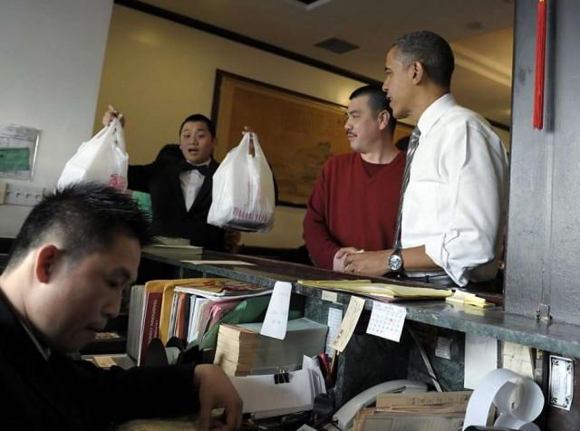 캘리포니아 중국음식점에서 테이크아웃 음식을 사고 있는 오바마 대통령 ( AP Photo/Susan Walsh)