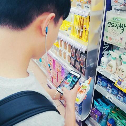 팩트체크 감시단 활동에 참여한 시민이 제품 모니터링을 하고 있다.