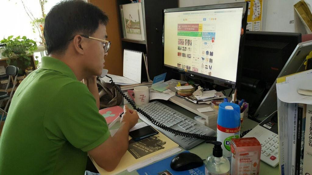 시민의 제보를 통해 접수된 화학물질의 안전정보에 대해 기업에 공문을 보내고 담당자들과 확인작업을 진행한다.