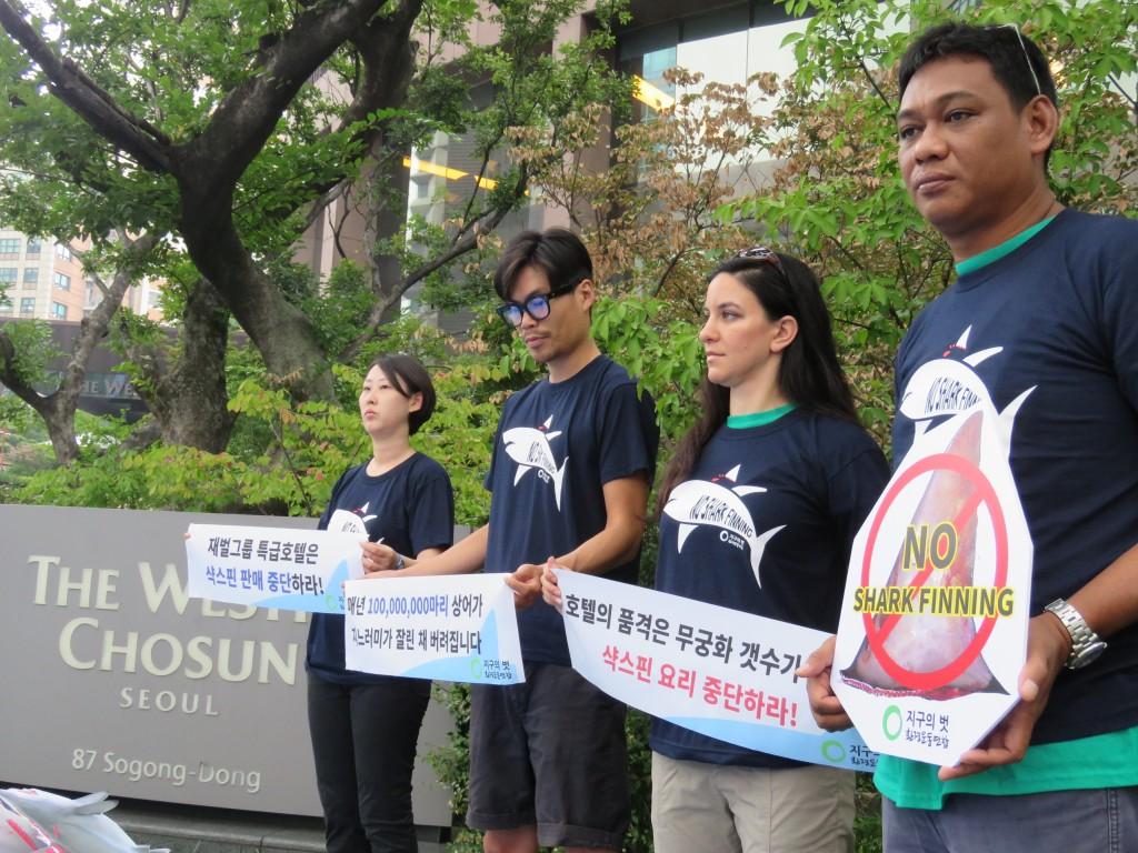9월8일 서울 소공동 웨스틴조선호텔 앞에서 환경연합 회원들이 '왕후의 식탁 야만의 식탐 샥스핀요리 판매중단 캠페인'을 펼치고 있다. ⓒ환경운동연합