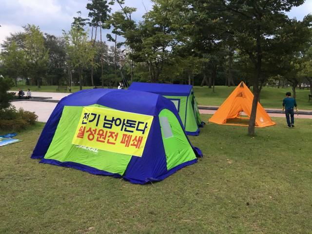 지진에 대한 불안으로 경주 황성공원으로 피난 나온 텐트들 ⓒ탈핵경주시민공동행동(준)