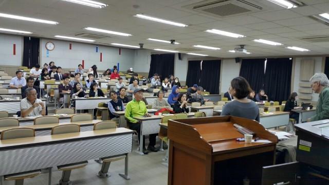 탈핵경남시민행동, 경남대 사회학과, 경남교육희망학부모회는 독일 '분트(BUND)' 과학자문위원회 부의장 리처드 머그너(Richard Mergner)씨를 초청, 독일의 탈핵과 대안에너지를 주제로 강연회를 열었다. ⓒ탈핵경남시민행동
