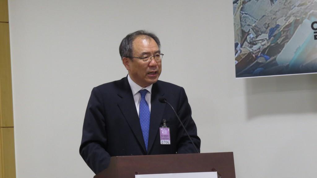 10월 24일 지진-원전사고 위험 에너지정책대전환 토론회에서 개회사를 하고 있는 박재묵 동동대표 ⓒ환경운동연합