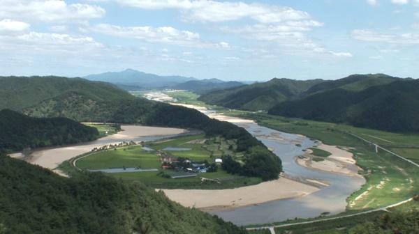 낙동강으로 맑은 물과 모래를 50% 공급해주는 내성천. 회룡포의 모습이다ⓒ 정수근