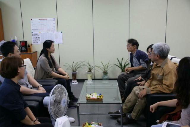 기자회견 참가자들이 발의안을 제출했던 국민의당 전현숙의원실을 방문, 앞으로의 계획에 대해 논의하고 있다.ⓒ경남탈핵시민행동,김해양산환경운동연합