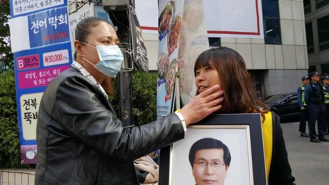 """""""얼굴이 반쪽이 됐네. 이를 어째"""" 국정조사특위 연장촉구 1인시위를 하고 있는 김미란씨를 안타깝게 바라보는 안은주씨. ⓒ환경운동연합"""